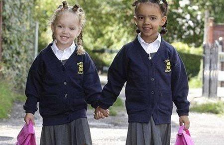 英国一对混血双胞胎肤色分别为黑白色引关注
