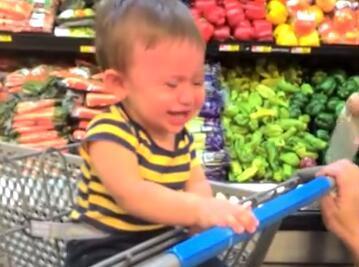 熊孩子第一次去超市,兴奋极了都不知道选哪个好吃的