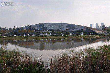 据了解,现投入使用的盘龙区区政府办公楼已采用被动式太阳能技术和