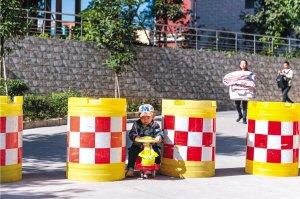昆铁家园小区设隔离桶治乱停车 业主:阻拦消防通道