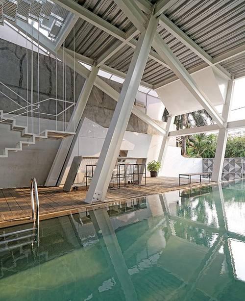 印尼的倾斜玻璃住宅 感觉分分钟就会倒下来
