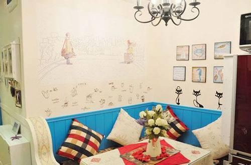 餐厅墙面的贴画也十分有趣,一面墙是浪漫的几米漫画,另一面墙是海