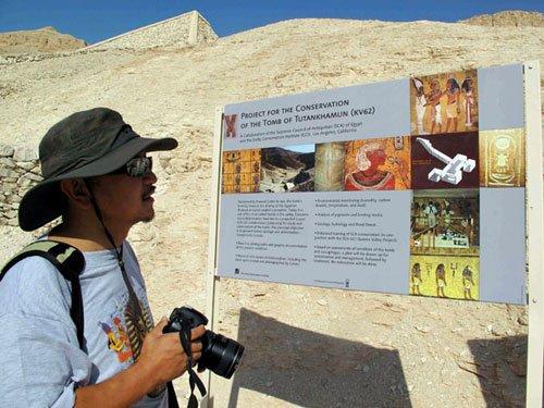 金飞豹在认真观看帝王谷中的指示图