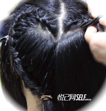 步骤四:右边分离出来的头发编发的步骤与左边完全相似;但要注意尽量