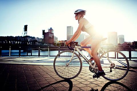女骑手们带着各自的私人自行车和车座来到实验室