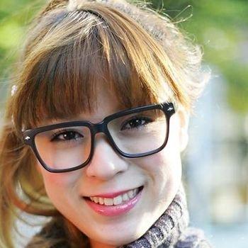 长头发随意的在后面扎个马尾-街拍眼镜妹发型抢眼又实用