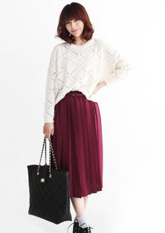 白色的针织衫很易于搭配,尤其是配上高贵的百褶长裙很靓眼!