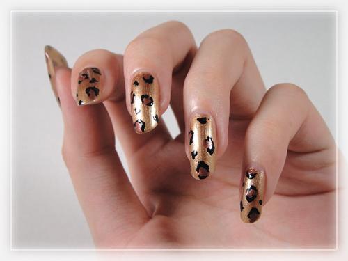 今年秋季指彩野性豹纹作为形象主题 不妨豹纹美甲搭配单品