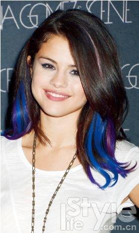 在头发恢复卷曲之后,漂亮的渐变染混合在没染的头发中一起呈波浪状图片