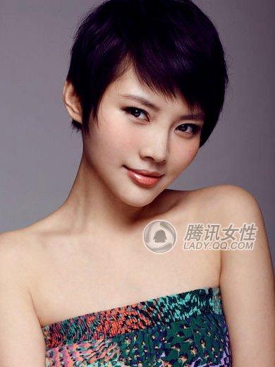 这种斜刘海的中性短发今年在歌手和模特圈中都非常火哦!图片