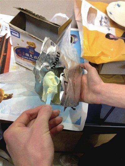 """雅培奶粉包装里现""""避孕套"""" 客服表示愿意更换奶粉"""