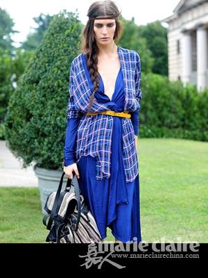 格子围巾搭配蓝色长裙