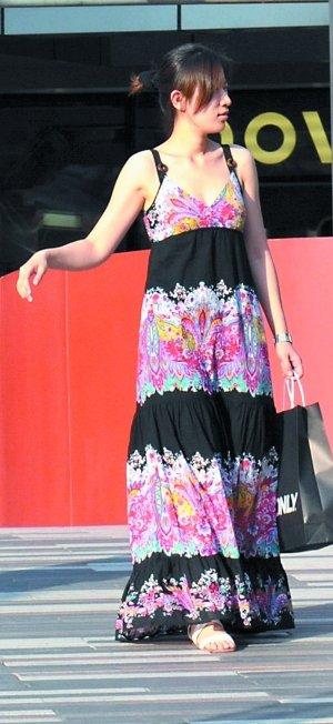 东南亚美女塔丽娜全部色�_到脚面的长度刚刚好,纷繁花朵和黑色的间隔搭配,多了些东南亚的神秘