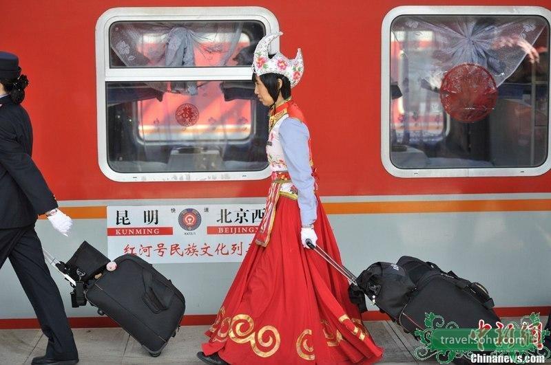 """2013春运如火如荼进行中,在返乡的旅客中,不少装扮""""时尚""""的"""