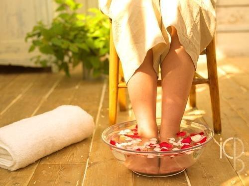 几点泡脚最补肾?盐水泡脚治百病