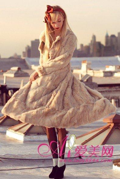 复古搭配单品:米色长款皮草外套、红色蝴蝶结头饰-精致服饰复古强