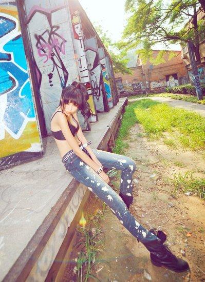 梦露牛仔裤包裹完美身材曲线
