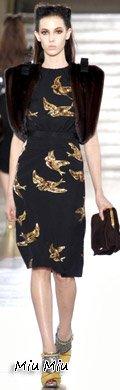 赵薇穿着Miu Miu 2011秋冬系列的刺绣黑裙