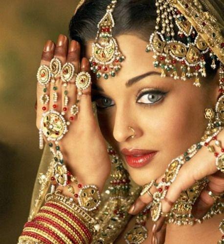 """印度第一美女为破""""克夫命""""嫁给香蕉树"""