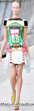 孙悦穿着Mary Katrantzou 2011春夏系列的室内装璜印花裙
