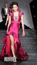 惠英�t穿着香港设计师@何���` 先生2011秋冬系列修身鱼尾裙