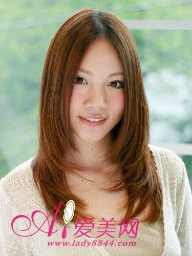 直发中分梨花   直发中分梨花头的设计是淑女发型的热门选