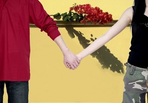 揭秘:从牵手方式看你们感情深度
