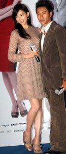 林志玲身着Valentino 2011秋冬系列裸色连身裙