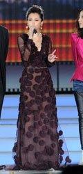 徐若�u穿着Valentino 2011秋冬系列的立体花饰长裙