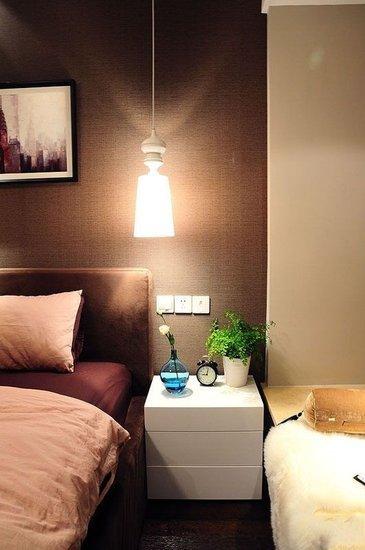 卧室的床头柜,这里装这样的吊灯省得再装台灯了.图片