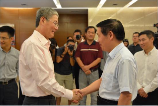 2015年9月17日,华润集团高层与时任柳州市市长肖文荪在南宁华润万象城