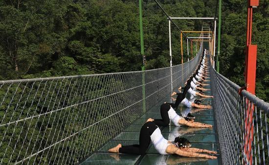 柳州再现高空瑜伽秀