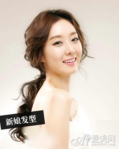 新娘发型style6   唯美指数:★★★★★   现在越来越多的mm崇尚简约图片