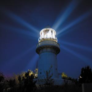 灯塔之光,在黑夜的海上,风雨无阻地为过往船舶提供着位置测定和航向
