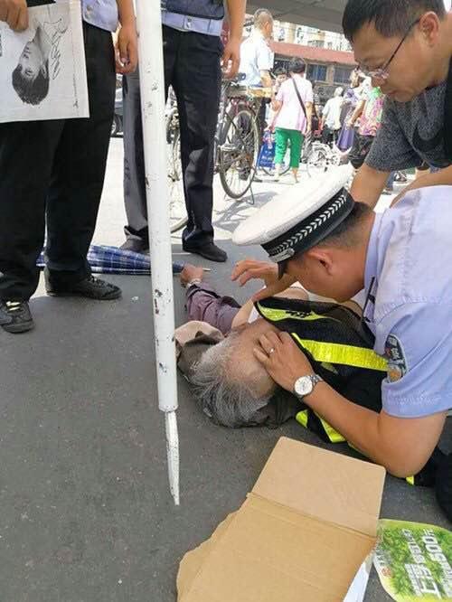 八旬老人突然晕倒 年轻交警跪地实施人工呼吸