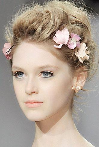 用鲜花点缀的花环编发很有波西米亚的feel,好像童话里的花仙子.图片