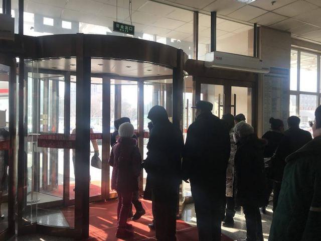 辽阳急救中心门口堵了一群人 里不出外不进