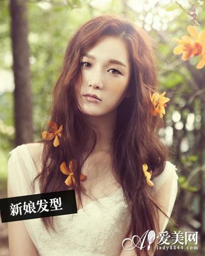 韩式新娘发型   唯美指数:★★★★★   将长卷发扎成低马尾,再带上