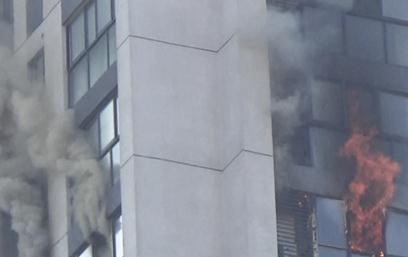 居民楼着火浓烟滚滚火势凶猛 9岁男童被困19楼窗边摇摇欲坠