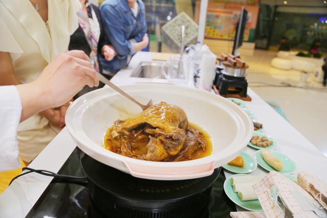 """厨神""""杨树林""""秀传统辽菜,""""画面""""太香 主持人竟吃调料充饥……"""