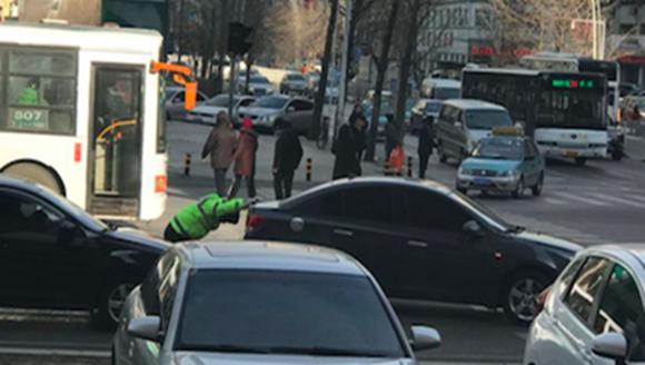 轿车路上抛锚 抚顺交警徒手将车推到路边