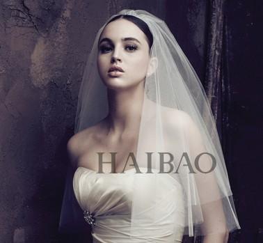 很多新娘心目中的首选,长长拖地的款式虽然夸张,且不便打理,但只有图片