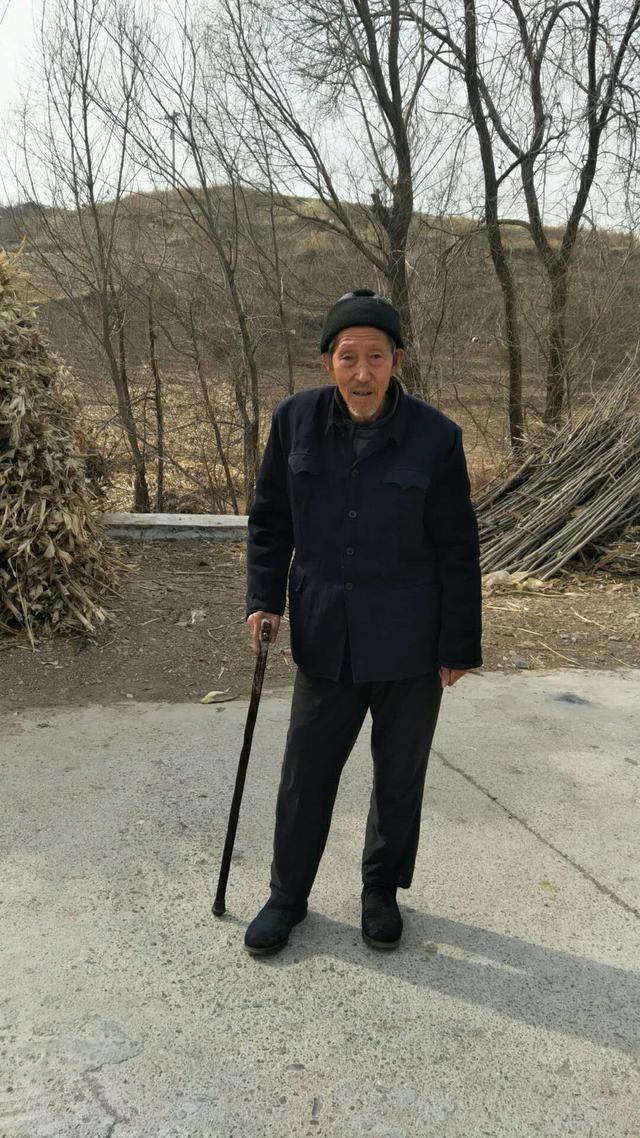 不吃酸甜食爱吃地瓜 106岁老人5世同堂满口牙