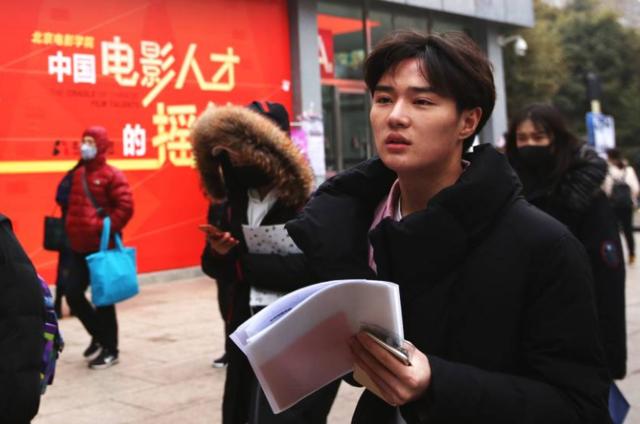 """北京电影学院2018艺考拉开 俊男靓女""""成群""""现身"""