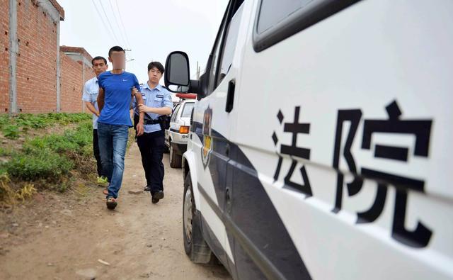 """沈阳女""""老赖""""占房办浴池还耍泼 被法院强制执行拘留"""