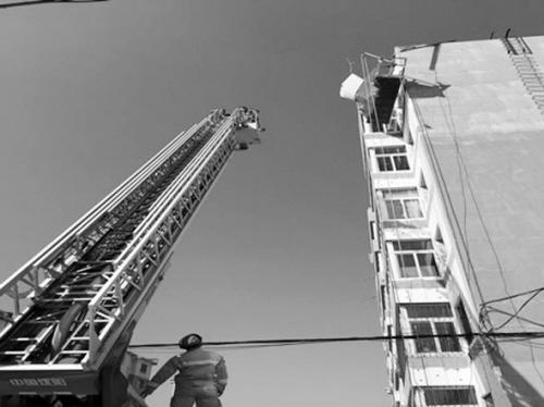 男子高处户外工作突然昏迷 沈阳消防架云梯解救