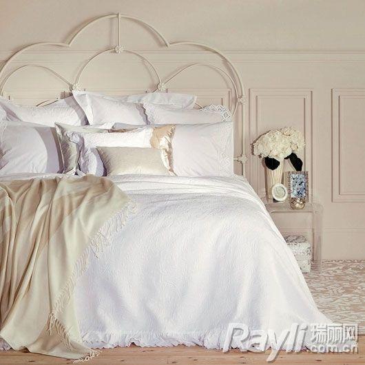 床单更是采用欧式圆角蕾丝边设计,高贵却不失奢华,同时又透着些许蕾丝