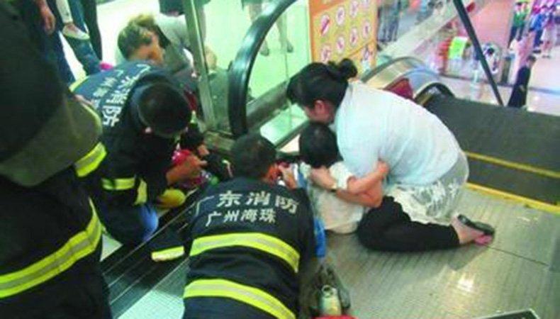 两岁小朋友手被扶梯夹住 消防员趴地拆电梯助其脱困