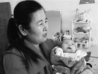 女子楼道拾患病弃婴 为救孩子自掏4000元医药费