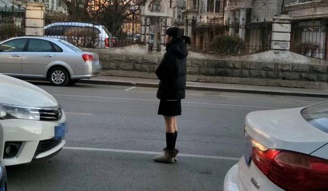 沈阳漂亮妹子穿短裙露大腿 路人直呼看着都冷